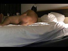 Раб сосет петух в gloryhole с femdom мальчишка извращений