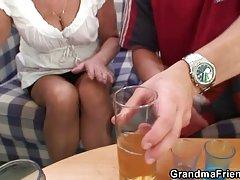 Пьянство ведет к оргия секс втроем с бабушкой