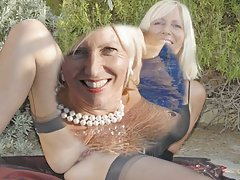 Одетая женщина голый мужчина фемдом шлюхи через парней Дик