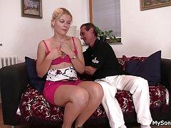 Грудастая зрелая блондинка с молодым парнем
