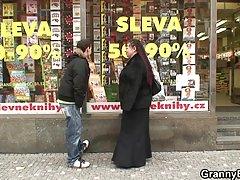 Природные Чешская девушка выплачивается наличными принять огромный петух
