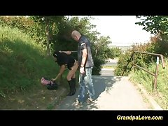Видео с бабушкой в парке
