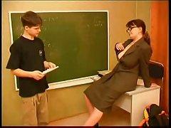 Маленький парень с длинным учитель