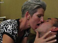 тощие зрелая мама трахает друг ее сына