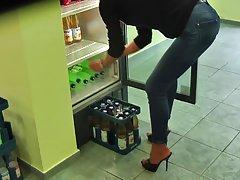 Заполнение холодильник высокие каблуки и узкие джинсы