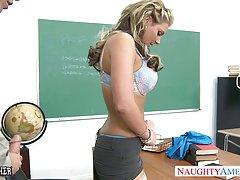 Грудастая детка Феникс Мари получает жопа выебанная в классе
