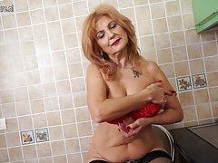 Сексуальная пожилая женщина в очках трахает молодой петух