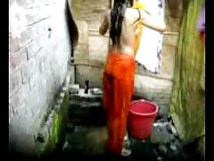 Дези Бангла деревне девочка, купание в Дакке
