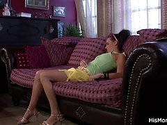 Малайский девушка трахает в киску и в анус