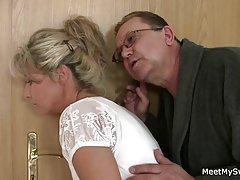 Цветочек нейлоновые трусики жена показывает волосатую пизду