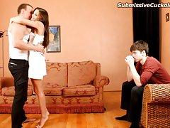 Две сексуальные болельщицы спуститься на друга