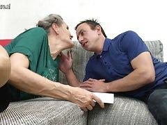 Мои два распутная бабуля друзья едят сперму