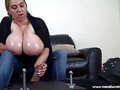 Круглолицая домохозяйка мастурбирует на кухне